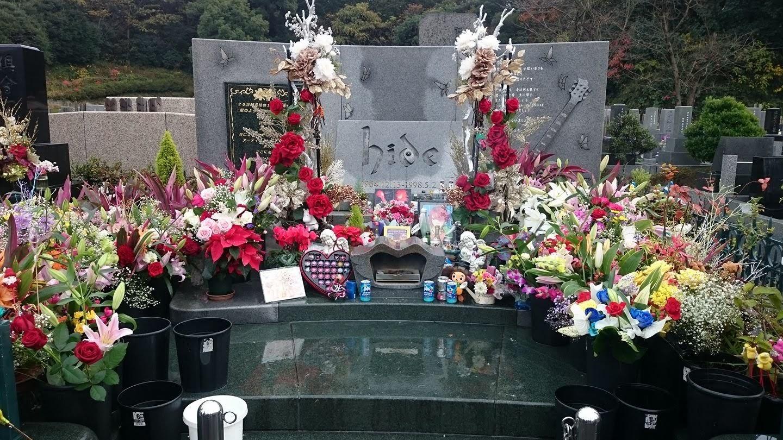 hideの華やかに飾られた墓石