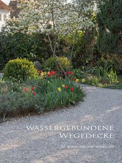 Wege im Garten - hier eine wassergebundene Decke im Landhausgarten