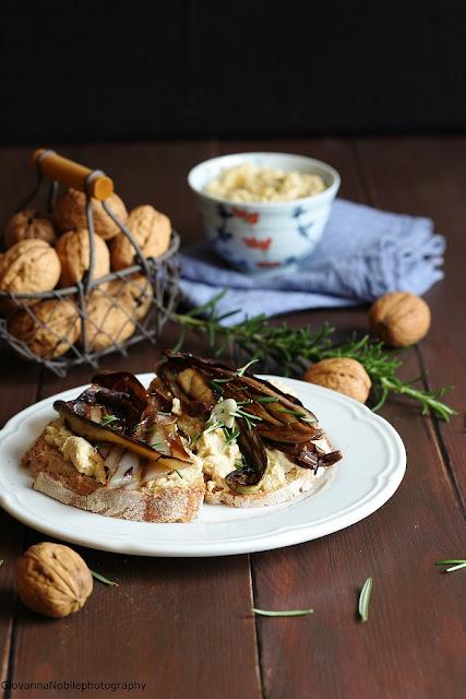 Crostoni con hummus di ceci e radicchio