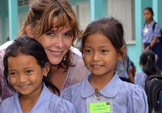 Tina Kieffer et les fillettes de l'association. Photographie fournie