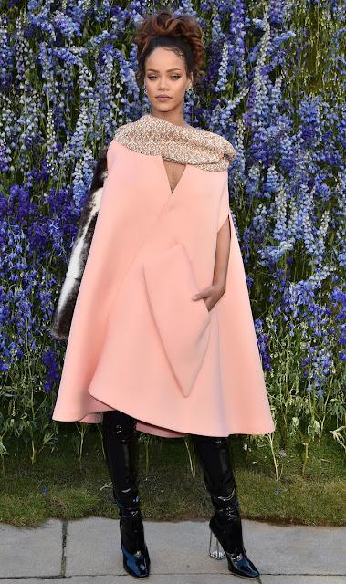 Look do dia de Rihanna - Capa rosa claro e botas pretas de verniz com salto transparente semana da moda