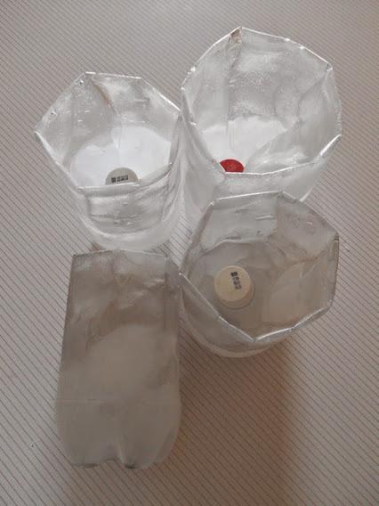 Vasos caseros para congelador, llenos de agua congelada.