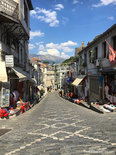 Le bazar de Gjirokaster en Albanie
