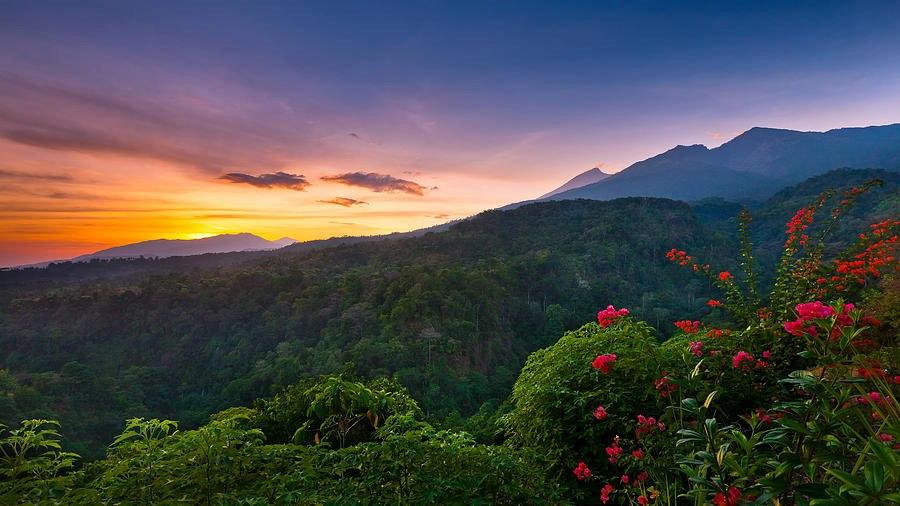 Gunung Rinjani terlihat dari Desa Senaru