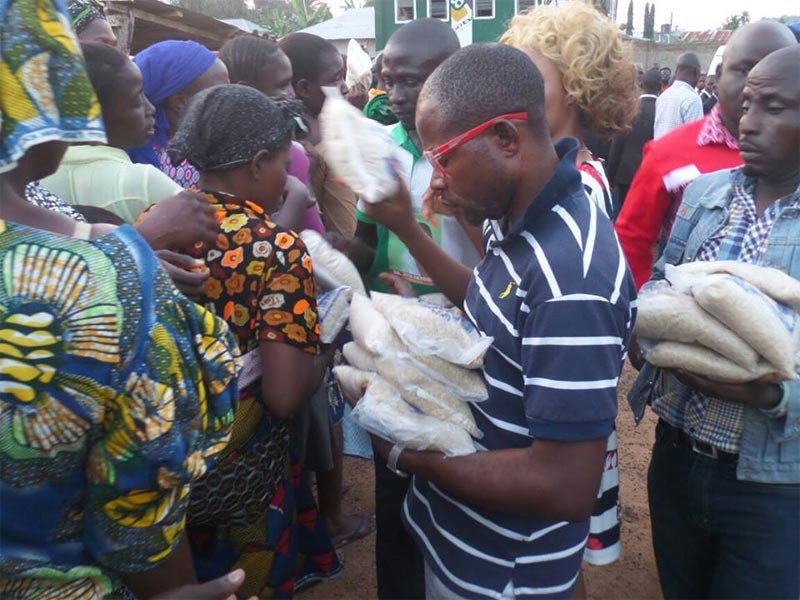 Photos: Fayose shares food items to Ado Ekiti residents under his Stomach Infrastructure programme