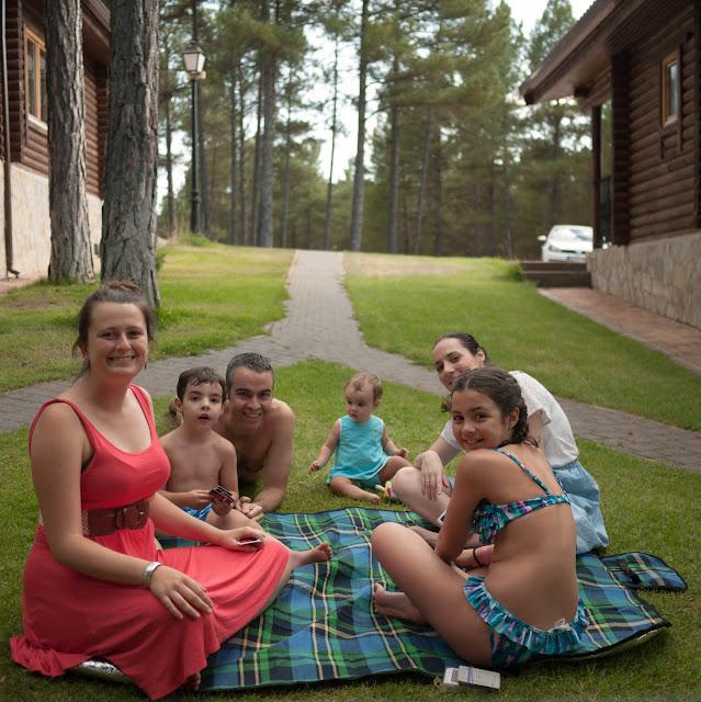 La familia al completo en las cabañas nórdicas de Cuenca