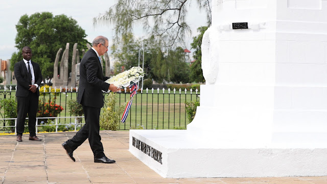 En Jamaica, Danilo Medina deposita ofrenda floral en cenotafio a soldados guerras mundiales