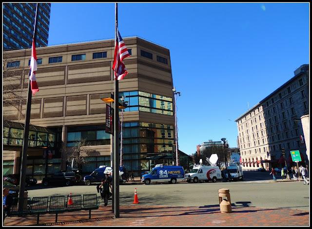 Banderas a Media Asta en Copley Place