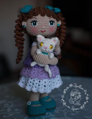 Вязаная кукла с котенком