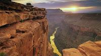 Amerika Arizona daki büyük ve derin bir kanyonun gün batarken bir manzarası