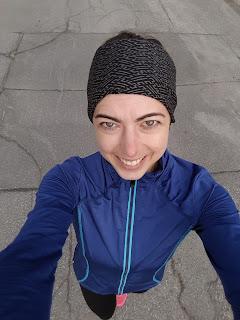 Coureuse souriante, asphalte, rue de Montréal