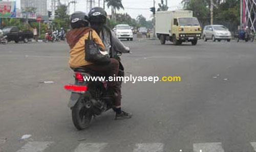 TIDAK SANTUN : Ini adalah salah satu sikap yang tidak santun dari dua pengendara kendaraan roda dua yang berhasil direkam fotonya. Berhenti melewati marka. Foto Asep Haryono