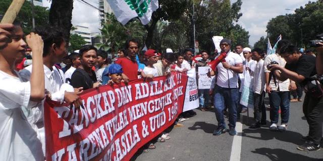 """Anak-anak Luar Batang Demo Ahok, Orang Dewasa Malah """"Ngadem"""" di Taman Sambil """"Ngopi"""""""