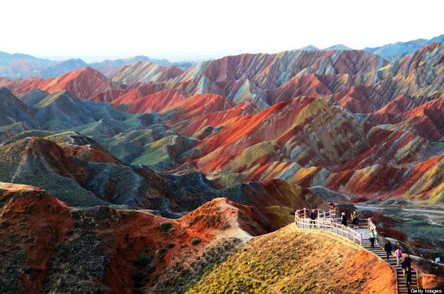 Wisatwan sedang menikmati keindahan alam gunung pelangi Rainbow Mountain