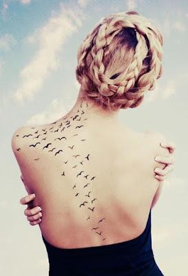 tatuaje bandada de aves espalda