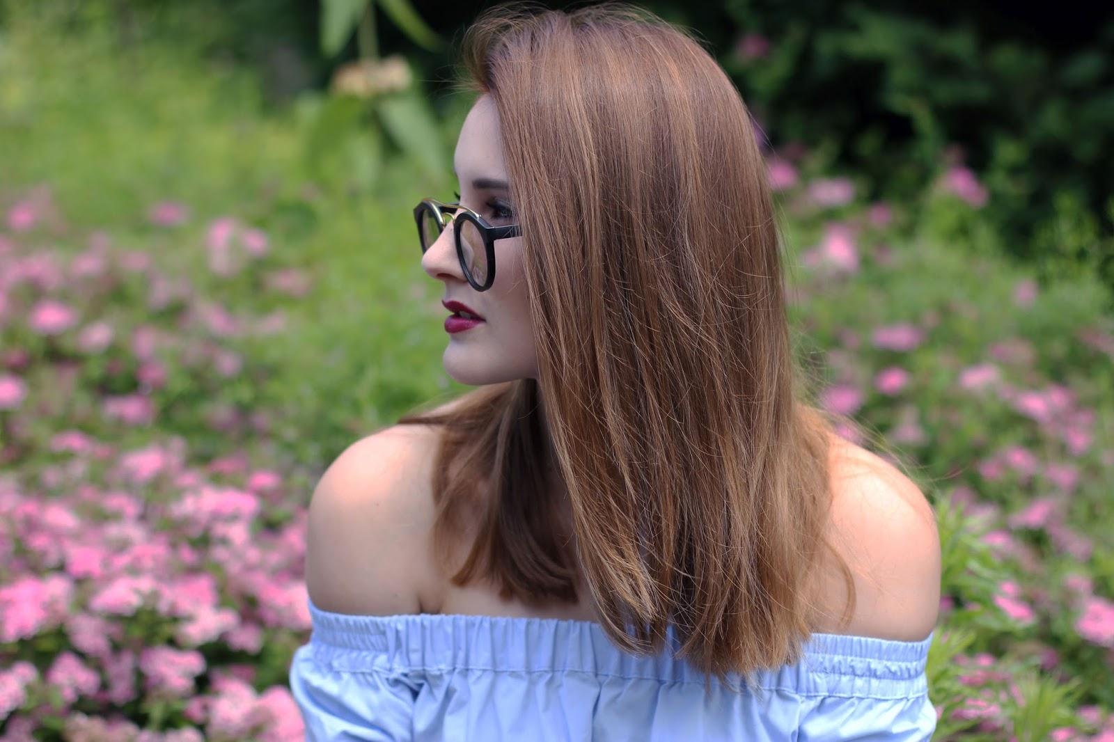 Outfit: Blaues Off-Shoulder Top und weiße Shorts