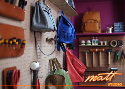 Matt Studio擁有二十餘年的專業製包經驗, 我們深知「工欲善其事,必先利其器」的重要性, 學員若想學到業界最尖端的技術,齊全的設備是最基本的要求, 連縫線、縫針也要精挑細選, 說這裡是全台最專業的皮包教室並不為過。Matt Studio是Matt老師創辦的專業皮包設計教室,提供真皮皮件手縫及車縫(機縫)教學、皮包打版、客製化商品、製包相關企業顧問等服務