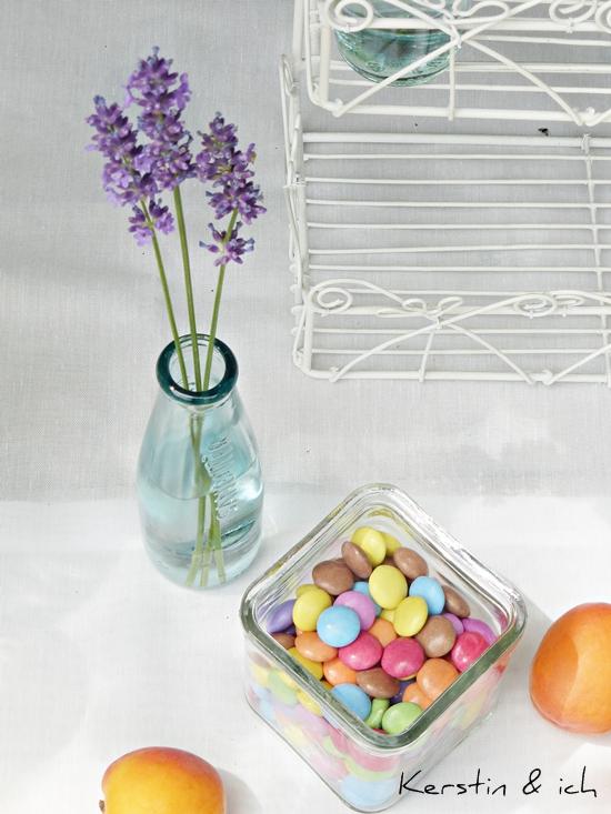 Smarties und Blumen beim Gartenbuffet