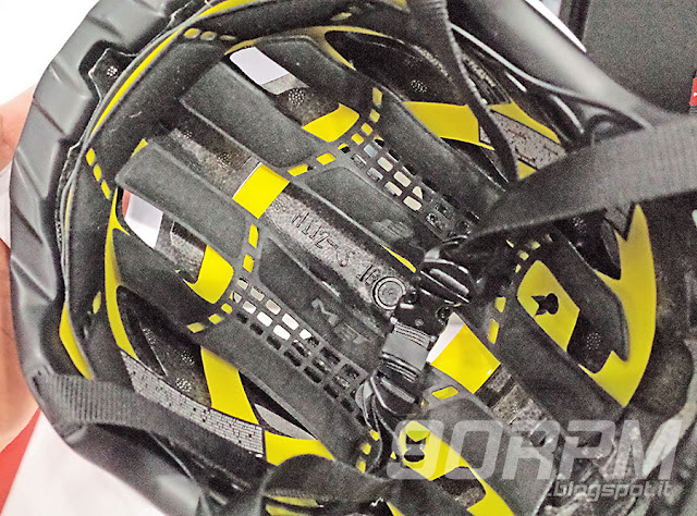 All'interno di un casco da ciclismo, MIPS appare come una sorta di rete gialla.
