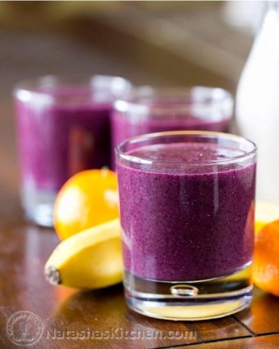 Antioxidant Rich Blueberry Smoothie. Bahan: susu almond, pisang, blueberry, jeruk (jenis clementine atau mandarin), biji chia