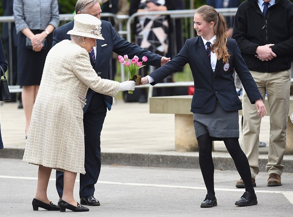 Queen Elizabeth Style. Queen Elizabeth and Prince Philip visited the Pangbourne College on the occasion of the school's centenary in Berkshire