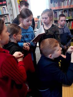 Dzieci czytają rozdział książki, by móc rozwiązać krzyżówkę