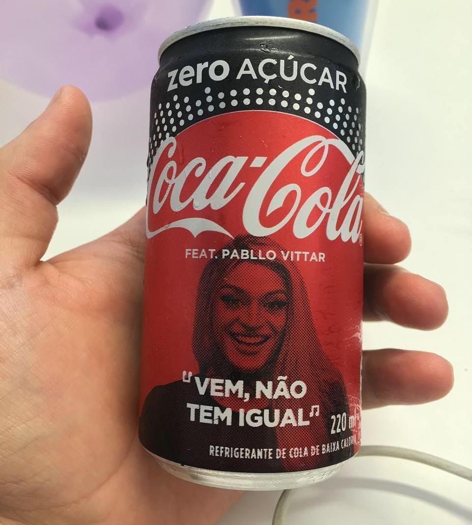 Pabllo Vittar estampa lata de refrigerante em especial de Natal
