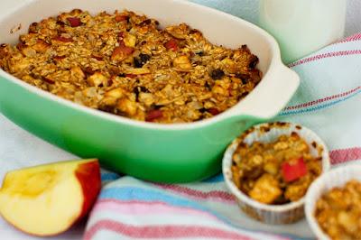 Auflaufform mit Apfel-Zimt Haferflockenauflauf, Auflauf in Muffinformen und Apfelstücke