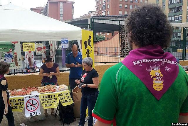 Berri-Otxoak reparte chorizo para denunciar los recortes sociales del Ayuntamiento