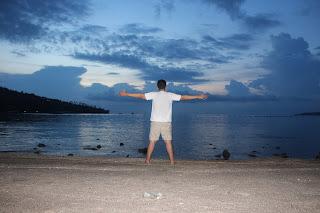 Menikmati Panorama Senja di Pantai Lombok