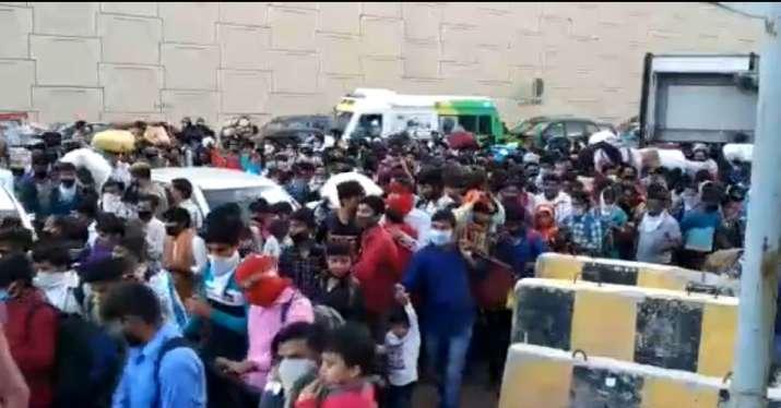 huge crowds moving across the Delhi-Uttar Pradesh border