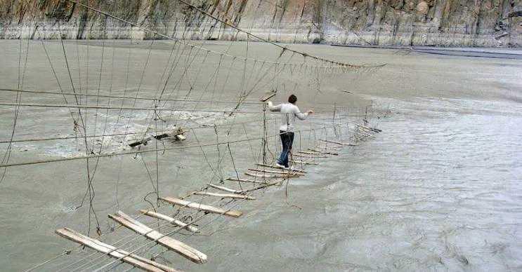 Hussaini Köprüsü geçerken iki defa düşünülmesi gereken bir asma köprüdür.