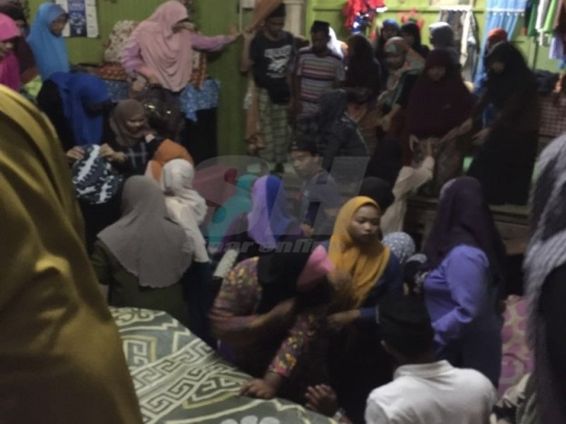 Terlalu Ramai Ziarah Jenazah 2 Sepupu Lemas, Lantai Rumah Runtuh