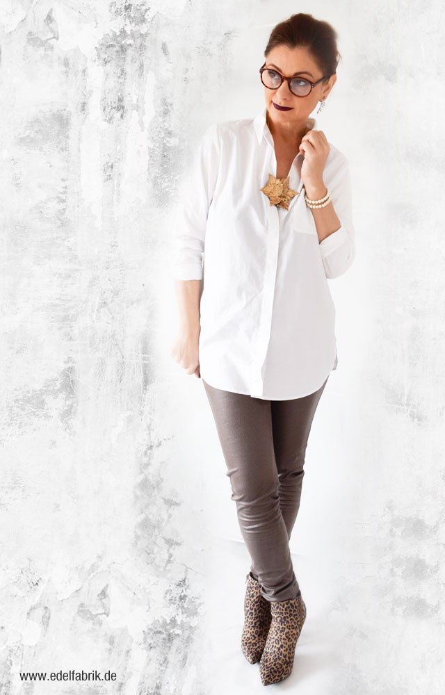 Tchibo Kollektion, Lässige Eleganz, Treggings in Taupe, weiße Hemdbluse