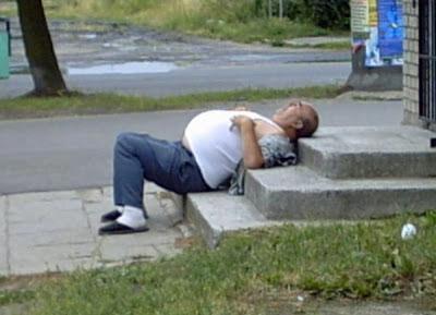 dicker Mann betrunken auf Straße lustig