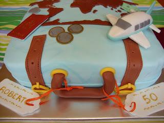Vista lateral tarta maleta viajera de fondant
