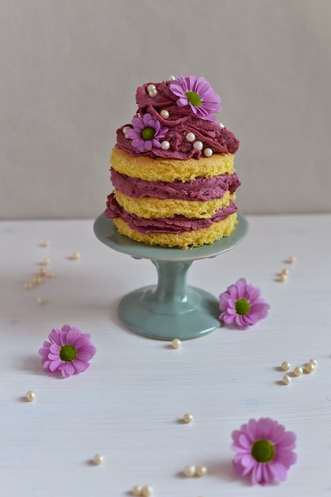 Heidelbeeren, Blaubeeren, Himbeeren, Beeren, Törtchen, Valentinstag, Frühling, Blumen, blueberries, raspberries, cake, layered cake, naked cake, valentine's day, spring, flowers, bakery, backen, baking, blog, blogger, foodblog, kipferl und krapferl, lila, lecker, yummy