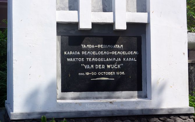 Tulisan yang ada di monumen Van der Wijck Lamongan
