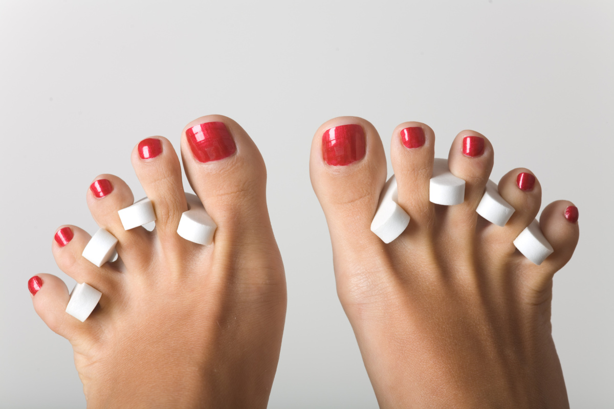 The proper way to apply acrylic toenails at home   How to paint ...