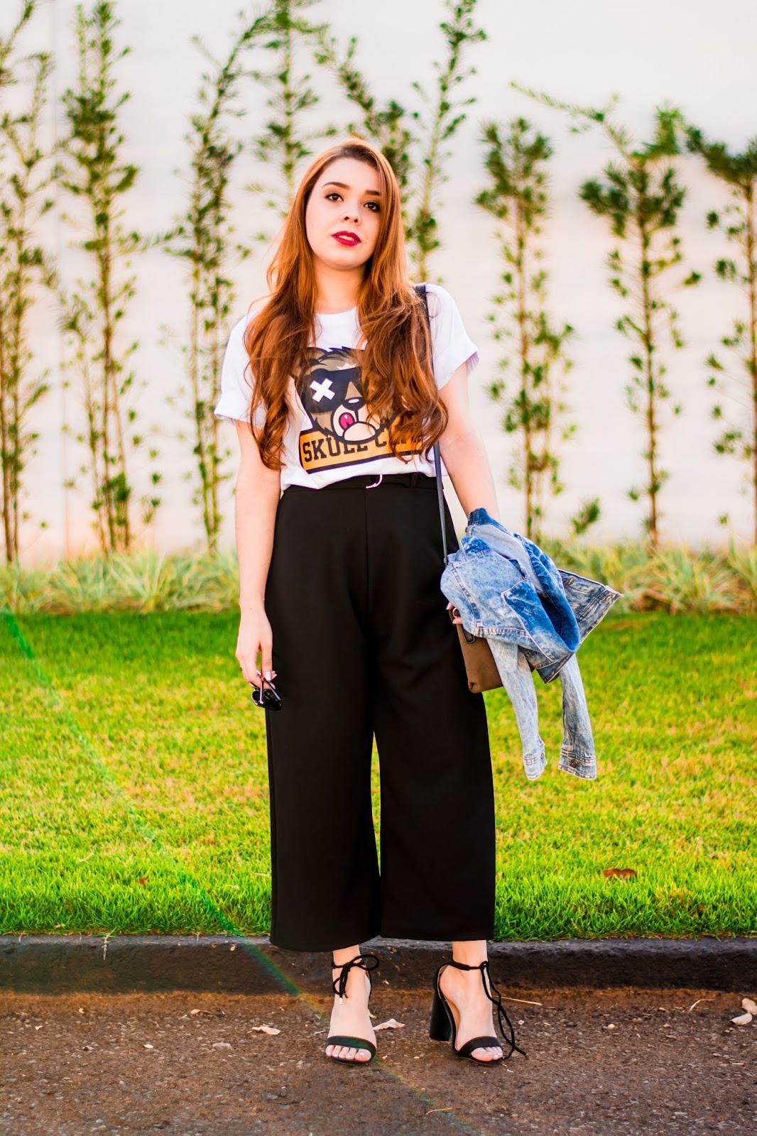 Look do Dia: T-Shirt Branca com estampa da loja Skull + Pantacourt preta + Jaqueta Jeans e Salto