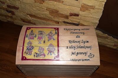 Drewniana skrzynia z transferem oraz scrapbookowe kartki Świąteczne.