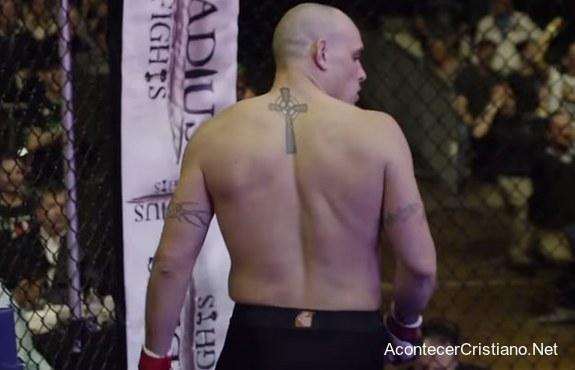 Pastor practicando lucha de artes marciales mixtas