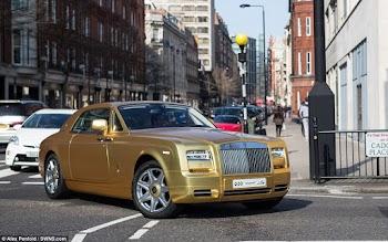 Χαμός με τα χρυσά αυτοκίνητα στο Λονδίνο... [photos]