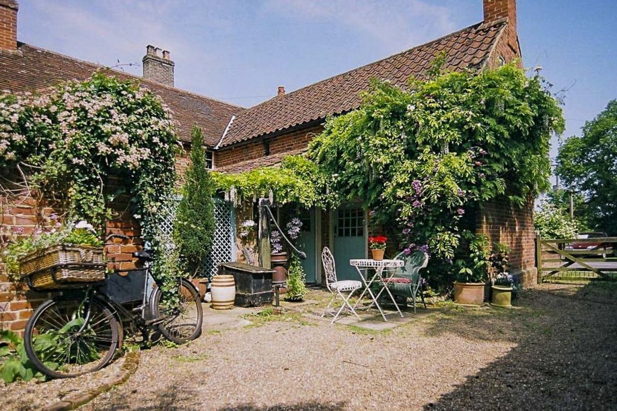 A Joyful Cottage Living Large In Small Spaces Cissy S