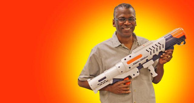 Inventó la pistola de agua más poderosa y se hizo millonario