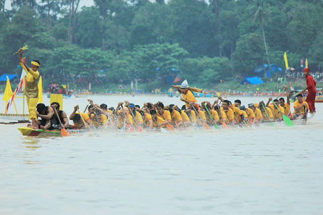 Villages that are participated in the boat racing contest would agree to choose three people who will be onjai (people which give rhythm when rowers rowing Line), timbaruang (bucket builders of water that goes into the Strip) and luan (the person in charge in the bow). The three of them are hyper spirit of the rowers to more quickly get to the finish line.