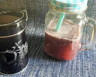 Boite de thé au jasmin et verre de smoothie