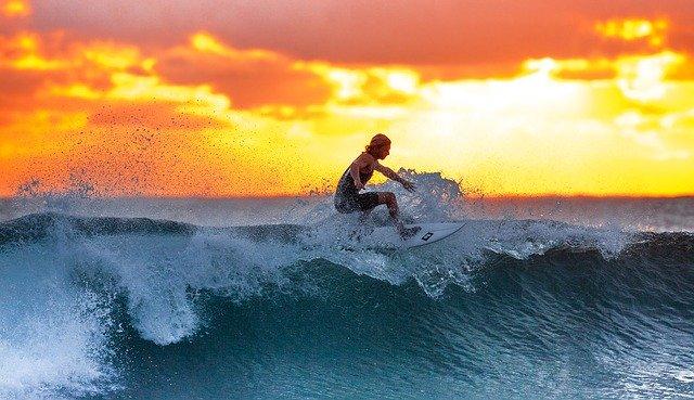 50 frases de surf para atrapar olas en la playa