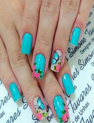 imagen de diseño de uñas con flores y mariposas