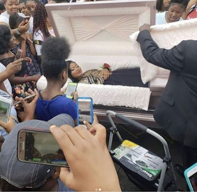 Teen causes a stir as she arrives her prom in a coffin (Photos)  The teenage girl pictured above took the 2018 prom to a whole new level, by arriving at the event in a casket. The photos have gone viral on social media. See full photos below...